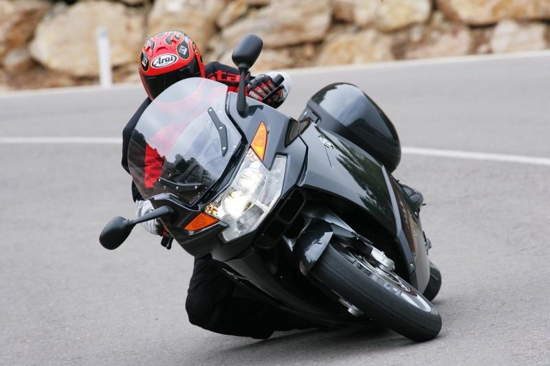 È più veloce in curva una moto leggera o una pesante?